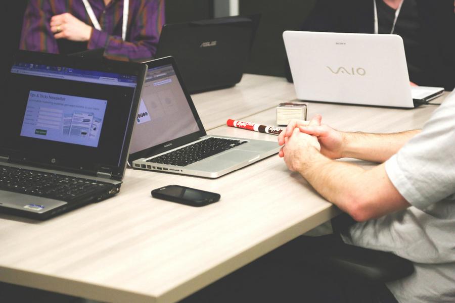 width=900 height=600></noscript></p><p>A telefonia VoIP ou telefonia IP consiste em transformar sinais analógicos de voz em sinais digitais capazes de serem transmitidos através de uma conexão com a Internet e recebidos por praticamente qualquer dispositivo conectado à rede. Em outras palavras, isso significa que com o VoIP você não precisa mais ter dezenas de aparelhos telefônicos no escritório e ficar preso a eles, basta ter um software VoIP (também chamado de softphone) instalado em seu smartphone, notebook, computador ou tablet e estar conectado à Internet.</p><p>É fácil imaginar que uma tecnologia como essa traz diversos benefícios para seus usuários, não é mesmo? Para você ter uma ideia de como o VoIP pode transformar o seu negócio, chegou a hora de conhecer 7 <strong>vantagens da telefonia IP</strong>. Tome nota!</p><h2>1. Os custos são muito menores</h2><p>Ao adotar um sistema de telefonia VoIP, seus custos podem cair até 70% em comparação com um sistema de telefonia convencional. Além de economizar na conta de telefone, você economiza também na redução de equipamentos e nas tarifas de ligações que são muito mais baratas graças ao uso da Internet.</p><h2>2. A instalação e a configuração são fáceis</h2><p>Um sistema VoIP pode ser facilmente instalado e configurado. Não são necessários muitos conhecimentos técnicos. Com apenas alguns cliques, você instala e configura seu softphone e começa a usar!</p><p><img src=https://www.twsolutions.com.br/wp-content/plugins/lazy-load/images/1x1.trans.gif data-lazy-src=https://blogdovoip.com.br/wp-content/uploads/2017/05/2-6.jpg class=