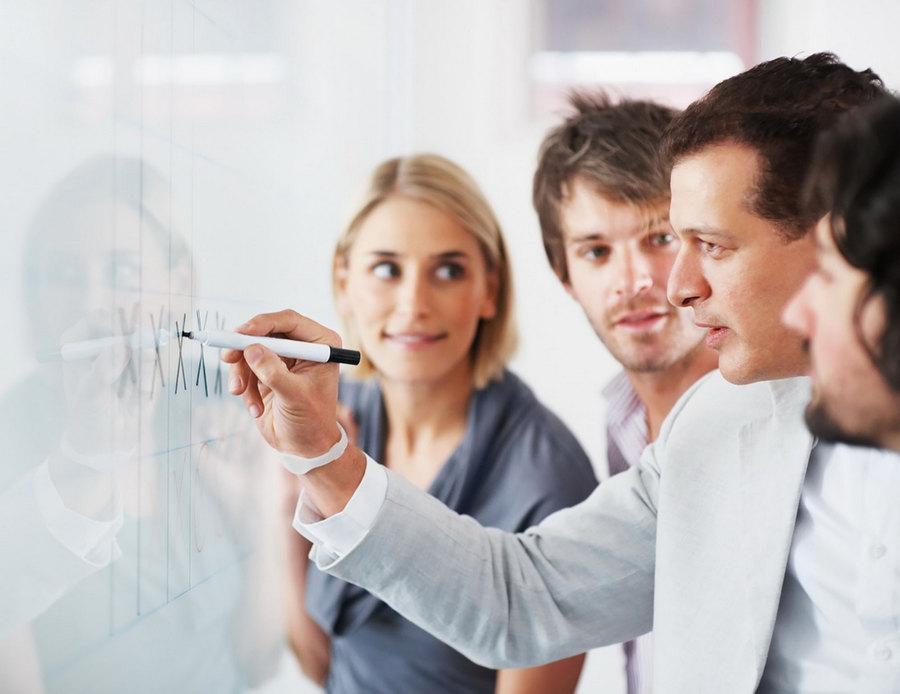 width=900 height=694></noscript></p><h2>4. Setores integrados</h2><p>Está preocupado em otimizar a comunicação interna em sua organização? O VoIP é a melhor solução que você poderá encontrar. Através dessa tecnologia, é possível integrar diferentes setores de forma econômica. O sistema é escalável, de fácil configuração e uso descomplicado.</p><h2>5. Nada de contratos ou cláusulas abusivas</h2><p>Especialmente na<strong> telefonia VoIP</strong> da TW Solutions, sua experiência como usuário será muito mais independente e agradável. Por aqui, não temos contratos de fidelidade ou cláusulas abusivas que são comuns na telefonia analógica convencional. Você fica conosco pelo tempo que quiser e pode sair a qualquer momento sem pagar multas por quebra de contrato (mas nós garantimos: você não vai querer sair!)</p><h2>6. Ampla mobilidade</h2><p>Se você ainda fica preso ao seu telefone de mesa no seu escritório, pode estar perdendo grandes oportunidades de expansão. Somente com a <strong>telefonia VoIP</strong> você pode levar seu número com você para onde for, basta que você esteja conectado à Internet e poderá falar sobre negócios a qualquer momento através de um smartphone, computador, notebook ou tablet.</p><h2>7. Não se preocupe com os equipamentos!</h2><p>Uma das maiores preocupações de quem está interessado em migrar para o VoIP é a compra de equipamentos. Existem no mercado os telefones IP, também chamados de telefones digitais, que são robustos e projetados exclusivamente para operar com a telefonia digital, mas a boa notícia é que você não precisa desses equipamentos para usar o VoIP! Como as ligações são feitas e recebidas pela Internet, você precisa apenas de um softphone (aplicativo que faz e recebe chamadas) instalado em um dispositivo conectado à Internet. Assim, você utiliza os equipamentos que já possui e tem <strong>custo zero com novos equipamentos</strong>.</p><h2>Considerações finais</h2><p>O VoIP pode realmente mudar a forma como você faz seus negócios, 