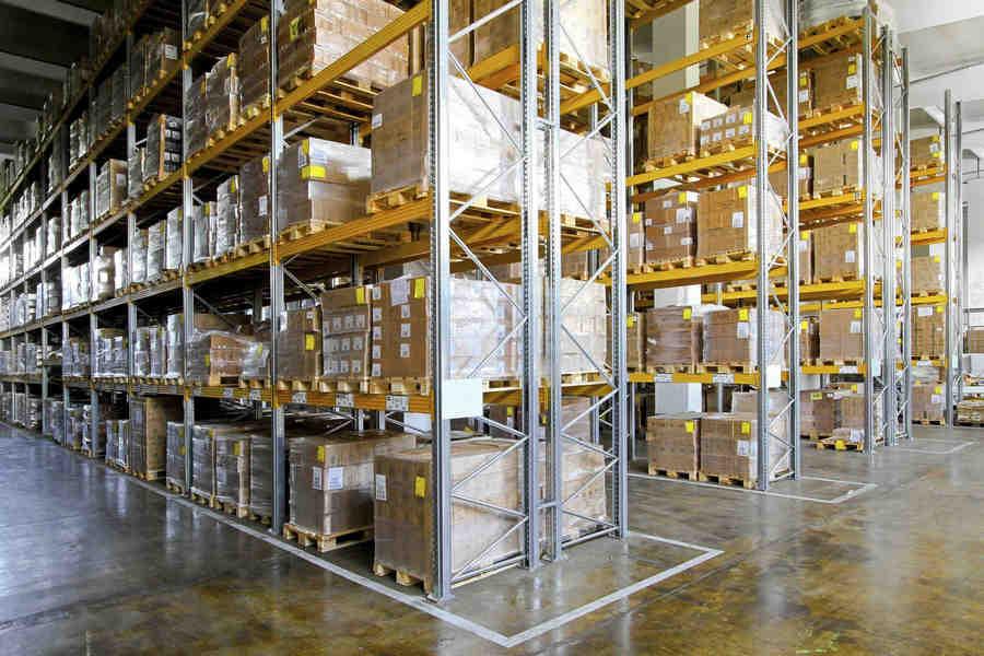 width=900 height=600></noscript></p><h3>3. Interligação de departamentos</h3><p>Em <strong>empresas de logística e transportadoras</strong>, muitos departamentos diferentes são afetados pelas operações como pessoal de compras, vendas, atendimento ao cliente, armazenamento e transporte.</p><p>O contato eficiente é importante porque a logística requer altos níveis de coordenação. O VoIP facilita a conexão de departamentos e indivíduos em qualquer dispositivo fixo ou móvel e em qualquer local. Mesmo que as pessoas mais importantes estejam trabalhando fora de suas mesas, em casa ou em outros locais, o VoIP as mantém conectadas.</p><h3>4. Comunicação com motoristas</h3><p>A comunicação eficiente com os motoristas é fundamental para controlar os custos e oferecer uma ótima experiência ao cliente. Os condutores seguem rotas planejadas para minimizar as viagens e cumprir os horários de entrega e com o VoIP a comunicação fica muito mais fácil caso haja necessidade de alteração dessas rotas.</p><p>O VoIP fornece uma série de recursos úteis que suportam a comunicação com os motoristas. A solução pode ser implantada em smartphones ou tablets usando um aplicativo que permite que os supervisores e motoristas usem toda a gama de serviços VoIP como chamadas, mensagens e conferências.</p><h3>5. Rastreamento de entregas</h3><p>Oferecer a consumidores e clientes empresariais um serviço de rastreamento de entrega é um importante diferencial para as <strong>empresas de logística e transportadoras</strong>.</p><p>Os motoristas podem usar os serviços de mensagens VoIP para atualizar o sistema de rastreamento ao coletar mercadorias no centro de distribuição e fornecer ao cliente diversas estimativas de entrega à medida que se aproximam do destino.</p><p>Embora os motoristas não possam evitar os atrasos no tráfego e as mudanças de instruções, eles podem não estar utilizando as rotas mais eficientes ou podem demorar muito para concluir a entrega em determinados destinos. Assim, o VoIP também