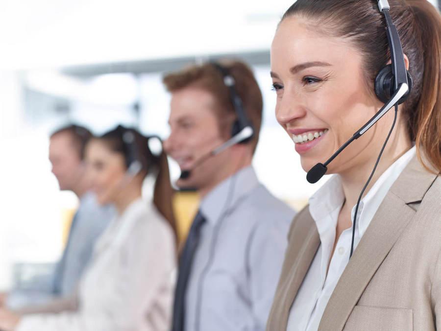 width=900 height=676></noscript></p><h2>Gravação automática vs. on demand</h2><p>As organizações possuem a opção de habilitar a gravação de chamadas em todos os casos para ligações de entrada e saída. A gravação de chamadas também pode ser ativada para cada dispositivo ou apenas para um subconjunto específico.</p><p>Por outro lado, os usuários podem ativar a gravação de chamadas para chamadas específicas usando a combinação de teclas estabelecida pelo fornecedor. Normalmente, as chamadas são guardadas por um certo período de tempo antes de serem excluídas e os gerentes podem baixar as gravações para armazenamento e recuperação posterior.</p><h2>Como a gravação de ligações VoIP pode ser útil?</h2><p>Gravar chamadas pode ser uma ferramenta útil para motivação e treinamento de funcionários, especificamente nos departamentos de atendimento ao cliente ou vendas. Os agentes podem ouvir suas próprias chamadas para melhorar suas interações e receber conselhos de gerentes de avaliação de desempenho.</p><p>No entanto, estes não são os únicos usos da <strong>gravação de ligações VoIP</strong>. Em indústrias altamente regulamentadas, a gravação de chamadas pode ser necessária para cumprir a lei ou servir como evidência em caso de disputa. Certas empresas também gravam chamadas para reduzir a probabilidade de ações judiciais e aumentar a segurança.</p><p>As empresas que ainda não implementaram a gravação de chamadas porque o recurso era caro ou difícil de utilizar agora podem aproveitar todos os benefícios da <strong>gravação de ligações VoIP</strong>. Contrate hoje mesmo um dos <a href=https://twsolutions.com.br/telefonia-corporativa/ target=_blank rel=