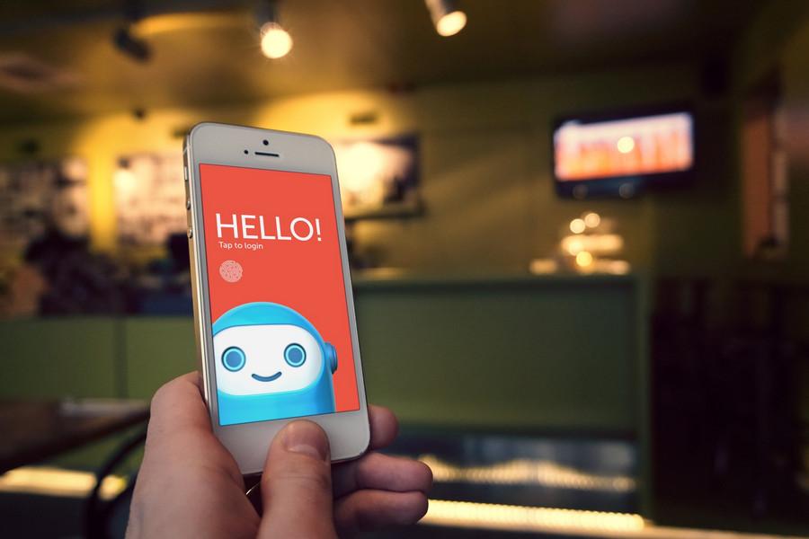 width=900 height=600></noscript></p><p>Chatbots são softwares que simulam um atendente real. Esses softwares conversam com as pessoas em ambientes virtuais como se fossem atendentes de verdade, aumentando a praticidade das tarefas de qualquer organização e otimizando o tempo e a experiência do cliente que é atendido com mais rapidez e precisão.</p><h2>Os chatbots vieram para substituir as pessoas?</h2><p>Esse é um assunto delicado. Ainda não há uma resposta definitiva para essa pergunta, mas a expectativa é de que os atendimentos sejam cada vez mais automatizados, gerando processos mais simples e rápidos. No entanto, isso não significa que os chatbots vão substituir as pessoas, apenas livrá-las de tarefas repetitivas que não são lucrativas ou prazerosas.</p><p>Sem o chatbot, os atendentes passam muito tempo respondendo as mesmas dúvidas e perguntas dos clientes e demais pessoas que entram em contato, tomando boa parte do seu tempo. Os <strong>benefícios dos chatbots</strong> são inegáveis e o software vem para mudar esse cenário, oferecendo mais assertividade e diminuindo o tempo médio de atendimento.</p><h2>Chatbots conhecidos já utilizados com sucesso</h2><p>O primeiro chatbot de que se tem conhecimento foi criado em 1966 pelo Instituto de Tecnologia de Massachusetts. Seu nome era Eliza e o software respondia perguntas com respostas pré-programadas e armazenadas em seu banco de dados. Já havia uma cerca inteligência artificial em Eliza que mudava a personalidade e a forma de responder de acordo com o perfil da pessoa que entrava em contato.</p><p>O canal de música Superplayer também tem um chatbot trabalhando a seu favor. Seu nome é Zak e ele recomenda a melhor playlist para os usuários de acordo com suas preferências e buscas, basta chamá-lo pelo nome e dizer que tipo de música você quer ouvir naquele dia.</p><p>Outro chatbot que vem fazendo muito sucesso é o Max, que funciona em aplicativos de mensagens instantâneas como WhatsApp, Telegram e iMessage. Ele foi cr