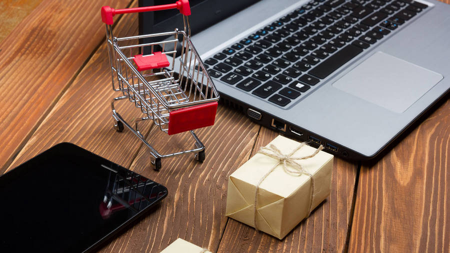 width=900 height=506></noscript></p><h2>3. Comodidade em vários dispositivos</h2><p>Outro benefício do <strong>chatbot para e-commerce</strong> é que ele aproxima o usuário das vendas em qualquer dispositivo, seja um smartphone ou um tablet.</p><p>Muitas pessoas já passaram por experiências desagradáveis ao tentar fazer uma compra em uma loja virtual por meio de um dispositivo móvel. Os chatbots podem auxiliar o cliente durante todo o processo e, assim, deixar as compras mais acessíveis.</p><h2>4. Atendimento preciso e personalizado</h2><p>Chatbots podem processar uma grande quantidade de informações, o que permite personalizar o atendimento, deixando os clientes mais satisfeitos e aumentando as chances de compra.</p><p>Um chatbot pode, por exemplo, encontrar produtos específicos em poucos segundos de acordo com a solicitação do usuário, oferecendo a ele soluções alinhadas às suas necessidades em tempo recorde.</p><h2>5. Mais vendas para sua loja</h2><p>Como se todos esses benefícios já não fossem excelentes, um <strong>chatbot para e-commerce </strong>também pode trazer mais vendas para sua loja graças ao atendimento rápido e personalizado que ele oferece. É normal que, diante de todas essas facilidades e essa experiência excelente, os usuários acabem comprando mais. Assim, os chatbots são incríveis ferramentas para alavancar vendas!</p><p><a href=https://www.twsolutions.com.br target=_blank rel=
