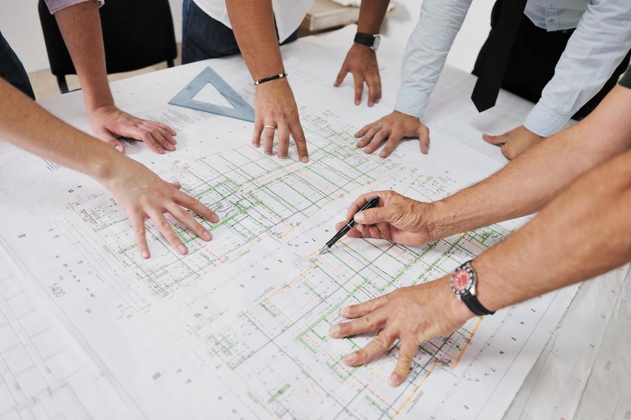 width=900 height=600></noscript></p><h3>3. Contato com especialistas</h3><p>Os arquitetos reúnem muitos especialistas para desenvolver uma solução abrangente para seus clientes. Para conseguir isso, juntam equipes multidisciplinares com habilidades e recursos necessários para desenvolver com eficácia todos os aspectos do projeto.</p><p>É possível utilizar o vídeo e a conferência web da tecnologia VoIP para aproximar todos no projeto. O recurso de compartilhamento de conteúdo multimídia VoIP facilita a colaboração em projetos onde níveis elevados de comunicação visual são essenciais.</p><h3>4. Conversa com clientes</h3><p>As reuniões iniciais entre a empresa e seus clientes podem ser presenciais, mas outros canais de comunicação se tornam mais importantes à medida que os projetos progridem especialmente pela economia de tempo.</p><p>A possibilidade de integrar sistemas VoIP com sistemas CRM oferece aos profissionais muito mais facilidade para conversar com clientes e discutir os detalhes do projeto mesmo quando não há possibilidade de reunir-se pessoalmente.</p><p>A videoconferência VoIP facilita a partilha e análise das propostas de design e outros conteúdos do projeto com os clientes sem o tempo e o custo das reuniões presenciais. Isso pode ajudar os profissionais a receber comentários ou aprovações rapidamente para acelerar os tempos de conclusão do projeto e reduzir o risco de atraso.</p><h2>Considerações finais</h2><p>Se você é um arquiteto ou possui uma empresa de arquitetura, não pode deixar de aproveitar as vantagens do VoIP para seu negócio. Como você pode perceber, o <strong>VoIP para arquitetos</strong> pode colaborar com todas as etapas do projeto e, assim, garantir que tudo saia como planejado – e menos tempo e com muito menos custo.</p><p><a href=http://telefoniacorporativa.com.br/ target=_blank rel=