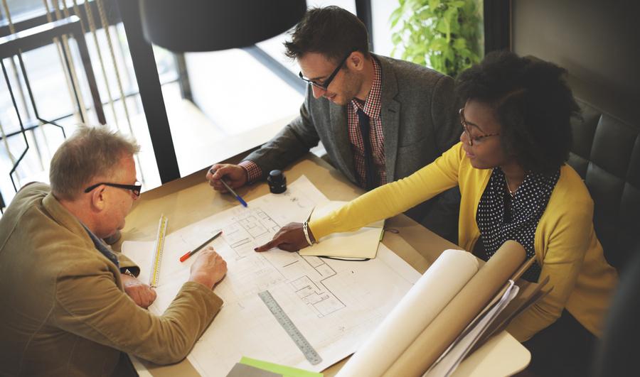 """width=900 height=531></noscript></p><p>A colaboração é uma parte fundamental do seu negócio. O <em>American Institute of Architects</em> (AIA) afirma que """"o objetivo de todos na indústria deve ser uma entrega de projetos melhor, mais rápida e mais capaz criada por equipes colaborativas totalmente integradas"""".</p><p>Com o <strong>VoIP para arquitetos</strong>, todos os projetos serão sinônimo de sucesso pois a tecnologia irá auxiliar na comunicação com sua equipe, clientes e fornecedores. O VoIP também pode agilizar processos comerciais importantes tais como cobrança, gerenciamento de clientes e gerenciamento da cadeia de suprimentos.</p><p>Vamos ver, a seguir, 4 benefícios do <strong>VoIP para arquitetos</strong> que você não pode ignorar!</p><h2>4 benefícios do VoIP para arquitetos, uma ferramenta indispensável!</h2><h3>1. Comunicação versátil</h3><p>O VoIP é um serviço de comunicação na Internet baseado na nuvem. A tecnologia oferece uma ampla gama de recursos e serviços para melhorar a flexibilidade da comunicação em projetos de arquitetura.</p><p>Os profissionais podem fazer e receber chamadas telefônicas tradicionais, enviar e receber textos e mensagens instantâneas, realizar sessões de bate-papo e colaborar usando ferramentas de áudio, web ou videoconferência em qualquer lugar que tenha conexão à Internet.</p><h3>2. Colaboração em todas as etapas</h3><p>Para empresas de arquitetura, a colaboração é essencial em todas as etapas de um projeto. Nas etapas preliminares, os arquitetos atendem clientes para discutir os requisitos e realizam reuniões para preparar propostas. Depois da aprovação, as equipes de projetos se reúnem regularmente para discutir o desenvolvimento detalhado do projeto e rever o progresso.</p><p>Com o <strong>VoIP para arquitetos</strong>, a comunicação é facilitada. É muito simples colaborar em todas as etapas do projeto através de ferramentas de comunicação acessíveis e fáceis de usar.</p><p><img src=https://twsolutions.com.br/wp-content/plu"""