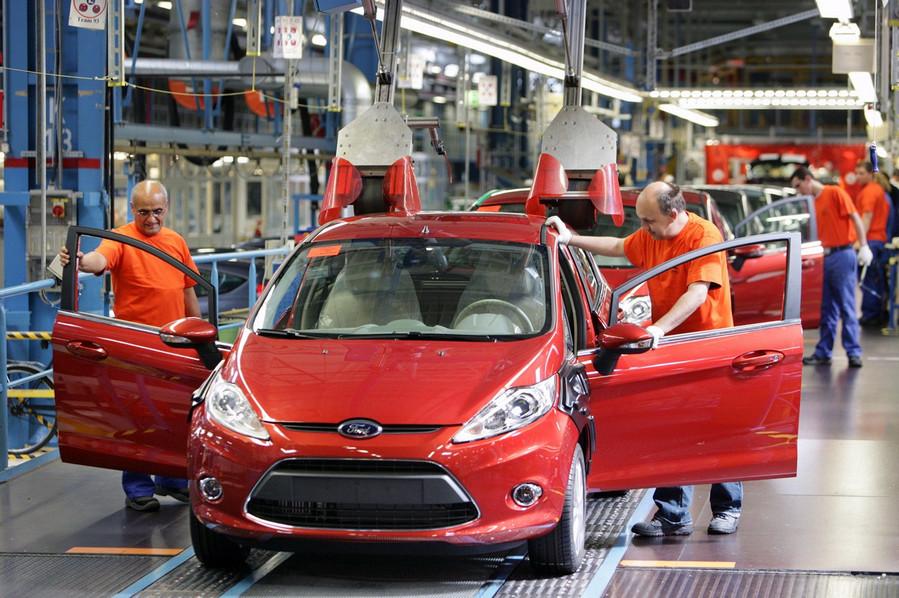 width=899 height=598></noscript></p><h2>1. Estrutura complexa da indústria</h2><p>Os consumidores podem ver a indústria automotiva em termos de marcas de alto perfil como Ford, GM, Nissan, Honda, Renault ou VW. No entanto, a indústria é mais complexa.</p><p>Sob as principais marcas, existem muitas sub-marcas. Cada fabricante possui uma <em>supply chain</em> bem estruturada de fornecedores diferenciados e uma rede de revendedores franqueados que vendem veículos a particulares ou empresas.</p><p>Há também um mercado de pós-venda muito grande com peças, serviços e reparos fornecidos por distribuidores franqueados ou operadores independentes.</p><p>Os fabricantes operam grandes departamentos de marketing que liberam comunicações regulares com clientes empresariais e pessoais, distribuidores e mídia para manter um perfil de marca de alto valor.</p><p>A <strong>telefonia VoIP</strong> pode suportar processos complexos de comunicação enquanto controla custos e permite altos níveis de colaboração.</p><h2>2. Coordenação da <em>supply chain</em></h2><p>A indústria automotiva possui uma estrutura de <em>supply chain</em> altamente desenvolvida com fornecedores agrupados em camadas de acordo com suas capacidades e importância de seus componentes.</p><p>Os fornecedores de nível 1 trabalham em contratos de longo prazo e fornecem componentes essenciais como motores e carroceria. Em alguns casos, os fornecedores desenvolvem produtos estratégicos que os fabricantes compartilham para controlar os custos de desenvolvimento.</p><p>Os fornecedores de nível 1 também podem funcionar como parte da equipe de desenvolvimento de produtos. Esta equipe oferece experiência em materiais, tecnologia ou engenharia.</p><p>Os fornecedores de nível 2 fornecem componentes para fornecedores de nível 1 e assim sucessivamente.</p><p>Como qualquer <em>supply chain</em>, a rede automotiva requer altos níveis de intercâmbio seguro de informações e colaboração. No nível 1, a segurança é crítica e a <strong>te