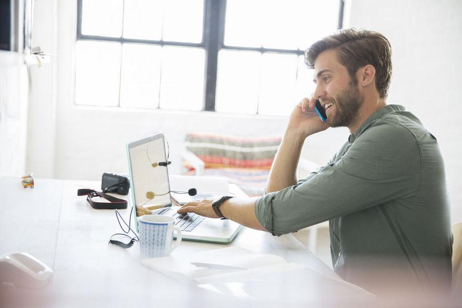 width=900 height=600></noscript></p><h2>VoIP é fácil de usar e essencial para o seu negócio – veja alguns motivos!</h2><p>Sim, o <strong>VoIP é fácil de usar</strong> e também a melhor escolha que você pode fazer pela saúde do seu negócio. Confira alguns motivos para fazer a migração hoje mesmo:</p><h3>1. Expanda facilmente sua empresa</h3><p>O VoIP pode trabalhar com seu sistema de comunicação existente. Você pode adicionar ou remover usuários dentro do escritório sem precisar executar novas linhas.</p><h3>2. Torne os funcionários acessíveis, dentro ou fora do escritório</h3><p>Se os funcionários estão trabalhando remotamente em casa ou se estão fora durante todo o dia, eles podem instalar o aplicativo VoIP em seus celulares ou tablets. Dessa forma, seus clientes sempre podem contatar seus funcionários por telefone, correio de voz por e-mail ou mesmo por videoconferência.</p><h3>3. Reduza os custos do telefone</h3><p>Os serviços de VoIP cobram uma taxa mensal por usuário muito menor do que o serviço fixo. Além disso, você não precisa pagar chamadas entre ramais.</p><h3>4. Opere como um grande negócio sem o grande custo</h3><p>O <strong>VoIP é fácil de usar</strong> e ainda oferece recursos complementares que aumentam a produtividade dos funcionários. Por exemplo, com o VoIP, você recebe videoconferência, gravação de chamadas e encaminhamento de chamadas para dispositivos móveis e pode receber correio de voz e fax através de e-mail.</p><p>Clique <a href=https://twsolutions.com.br/telefonia-corporativa/ target=_blank rel=noopener>aqui</a> para conhecer os melhores planos VoIP do mercado e faça sua migração hoje mesmo!</p><p><a href=https://www.twsolutions.com.br target=_blank rel=noopener><img src=https://www.twsolutions.com.br/wp-content/plugins/lazy-load/images/1x1.trans.gif data-lazy-src=https://blogdovoip.com.br/wp-content/uploads/2015/09/banner-chamada-site.png class=
