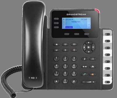 width=400 height=336></noscript><p id=caption-attachment-1431 class=wp-caption-text>Grandstream GXP1630</p></div><p>Dentre os recursos, podemos citar: áudio HD que transforma todas as chamadas em experiências de excelente qualidade, conferência de voz de até 4 vias e suporte EHS para headset. O modelo também possui recursos de segurança e criptografia SRTP e TLS.</p><h2>Telefone IP avançado</h2><p>Um <strong>telefone IP avançado</strong> apresenta recursos mais robustos para experiências mais completas. Todos possuem tela colorida e ambiente gráfico, duas portas de conexão RJ45 e suporte para mais de uma conta SIP e várias linhas. Alguns modelos possuem também videoconferência, recursos multimídia e touchscreen.</p><p>O modelo Grandstream GXP2160 é altamente recomendado para quem busca uma experiência inigualável em chamadas VoIP. Ele suporta 6 linhas, possui uma tela de LCD de 4,3 polegadas, 24 teclas de ramais totalmente programáveis, 5 teclas programáveis sensíveis ao contexto e portas Gigabit para maximizar a velocidade de conexão e melhorar a qualidade das chamadas.</p><div id=attachment_1432 style=
