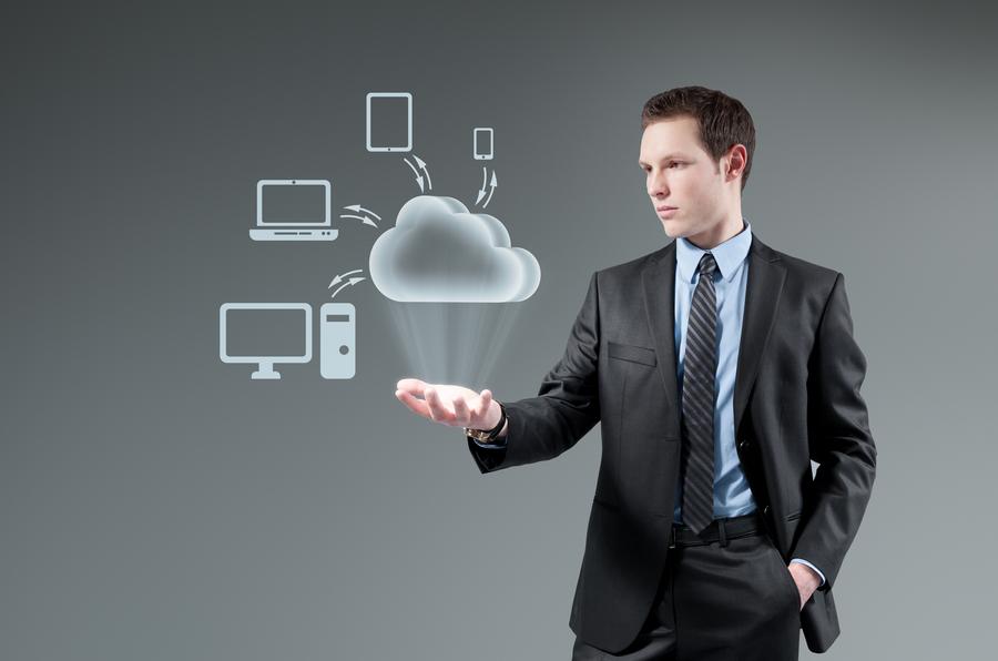 width=900 height=596></noscript></p><p>A praticidade da tecnologia VoIP é muito grande. A instalação não requer grandes engenhosidades, tornando-se simples como conectar um telefone a uma tomada de rede e os aplicativos presentes no mercado possibilitam que você tenha um número VoIP em qualquer dos seus dispositivos.</p><p>Mesmo com todos esses benefícios encontrados neste tipo de tecnologia, ainda é comum encontrarmos problemas de comunicação por falta de conhecimento dos seus usuários.</p><p>Veja, a seguir, 3 problemas que causam a <strong>má qualidade da chamada VoIP</strong> e veja o que fazer para eliminá-los.</p><h2>1. Problemas de Conectividade</h2><p>Você pode não acreditar, mas os principais motivos para a <strong>má qualidade da chamada VoIP </strong>estão na distribuição da sua banda larga. É isso mesmo. Quando você tem muitos serviços utilizando a sua banda larga, a qualidade da sua chamada é prejudicada.</p><p>As conexões e planos de internet em nosso país, infelizmente, não estão preparados para aguentar um volume muito grande de tráfego em uma mesma banda larga. Serviços como downloads diversos, leitura de e-mails e até mesmo a transmissão de vídeos podem deixar a sua internet extremamente lenta e, consequentemente, a sua chamada VoIP totalmente prejudicada.</p><p>Para você ter menos problemas como esse, basta contratar um plano maior e mais rápido de internet. Pacotes de internet destinados exclusivamente para empresas são considerados um forte requisito para se ter uma tecnologia VoIP.</p><h2>2. JITTER</h2><p>A comunicação feita com a tecnologia VoIP utiliza a internet. Ela viaja em uma rede interna e posteriormente se divide em pacotes. A matemática é simples: se esses pacotes não forem distribuídos da forma correta, a comunicação será prejudicada, tendo como consequência o corte dos áudios recebidos.</p><p>O JITTER consiste exatamente nessas falhas recebidas nos áudios, como atrasos e cortes, gerando má qualidade no som.</p><p>A solução para esses