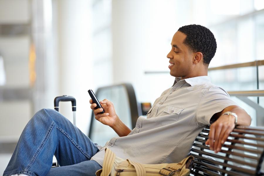 width=900 height=600></noscript></p><p>Softphones são uma opção de baixo custo para as empresas se libertarem de seus telefones de mesa, ganhando muito mais liberdade para trabalhar em qualquer lugar, inclusive na estrada, em um cliente ou fornecedor ou até em outras cidades, estados e países. Esses aplicativos podem ser baixados não somente no smartphone, mas em computadores, notebooks e tablets também.</p><p>Uma das grandes vantagens dos softphones, além de permitirem usufruir de todos os benefícios da telefonia digital (VoIP), é que não é necessário comprar equipamentos adicionais caros ou complexos para utilizá-los.</p><p>Que tal conhecer 5 formas de aproveitar ao máximo seu <strong>softphone gratuito</strong>? Confira a seguir!</p><h2>5 maneiras simples de aproveitar seu softphone gratuito</h2><h3>1. Use fones de ouvido, microfone e alto-falantes</h3><p>A qualidade do som depende do dispositivo utilizado e também do provedor de serviços VoIP. Use fones de ouvido, microfone e alto-falantes para aumentar a qualidade do som e eliminar ruídos de fundo.</p><p>Minimizar o ruído externo mantém o profissionalismo enquanto você e seus funcionários trabalham dentro e fora do escritório. Estes acessórios também reduzem distrações. Além disso, uma melhor qualidade de som melhora a experiência geral do cliente.</p><h3>2. Deixe seu telefone de mesa de lado</h3><p>Ao decidir utilizar um <strong>softphone gratuito</strong>, deixe seu telefone de mesa totalmente de lado.</p><p>Muitos funcionários não dão o primeiro passo em direção à mudança pois preferem manter velhos hábitos, porém, remover definitivamente seu telefone de mesa e utilizar somente o softphone fará você perceber e confiar na eficácia dessa nova tecnologia.</p><p><img src=https://www.twsolutions.com.br/wp-content/plugins/lazy-load/images/1x1.trans.gif data-lazy-src=https://blogdovoip.com.br/wp-content/uploads/2017/09/2-4.jpg class=