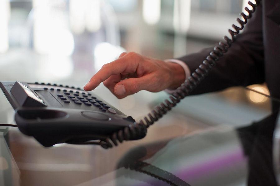 width=900 height=600></noscript></p><h3>2. As ligações entre ramais são gratuitas</h3><p>O VoIP ainda fará você <strong>gastar menos com telefone na empresa</strong> porque todas as ligações feitas entre ramais são gratuitas. Se você tem unidades no Brasil e nos Estados Unidos, por exemplo, poderá falar de graça com todos os colaboradores.</p><h3>3. Você não precisa investir em equipamentos caros</h3><p>Para o VoIP funcionar, você precisa apenas de uma conexão à Internet. Através dos softphones (aplicativos para ligações VoIP) instalados em seu computador, notebook, tablet ou smartphone, você faz e recebe ligações de qualquer parte do mundo.</p><h3>4. Você trabalha com a estrutura que já possui</h3><p>Como você não precisa de equipamentos caros para fazer o VoIP funcionar, basta instalar um softphone em seu equipamento já existente e começar a falar!</p><h3>5. Os planos são econômicos</h3><p>Os planos VoIP também são bastante econômicos. Na TW Solutions, os planos custam a partir de R$ 75,00 por mês (com dois números). Consulte a disponibilidade e os outros planos<a href=https://twsolutions.com.br/telefonia-corporativa/ target=_blank rel=noopener>nessa página</a>.</p><h2>Considerações finais</h2><p>Todos querem <strong>gastar menos com telefone na empresa</strong>. A única solução que realmente proporciona uma redução de custos significativa de até 70% ao mês é o VoIP.</p><p>Quer experimentar a tecnologia gratuitamente? Clique <a href=http://www.telefoniacorporativa.com.br target=_blank rel=noopener>aqui</a> e ganhe uma conta-teste gratuita por 7 dias!</p><p><a href=https://www.twsolutions.com.br target=_blank rel=noopener><img src=https://www.twsolutions.com.br/wp-content/plugins/lazy-load/images/1x1.trans.gif data-lazy-src=https://blogdovoip.com.br/wp-content/uploads/2015/09/banner-chamada-site.png class=