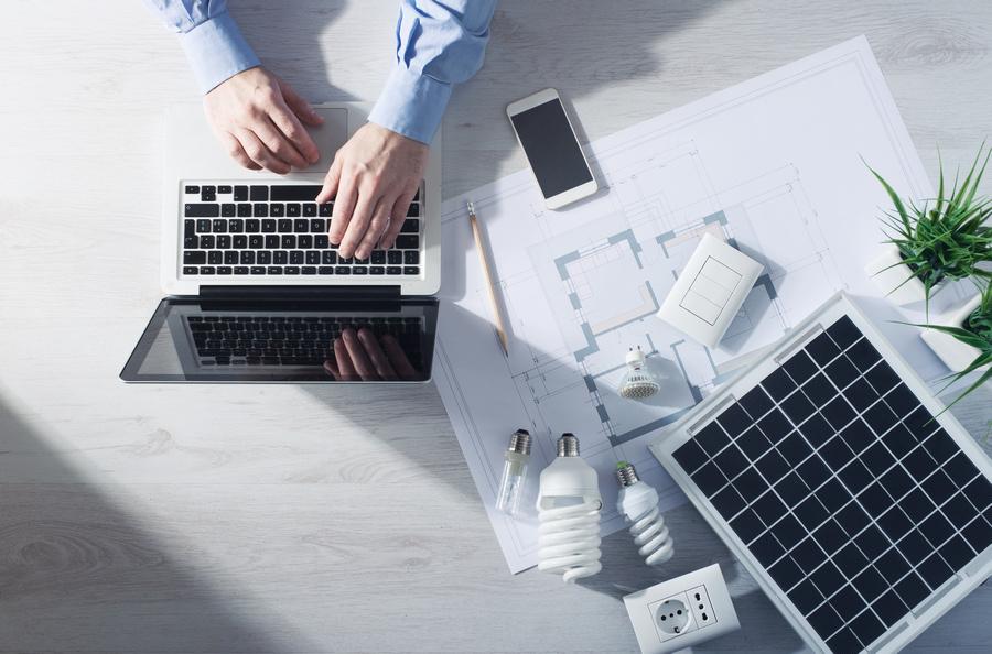 width=900 height=594></noscript></p><h2>Benefícios oferecidos pela tecnologia VoIP</h2><p>Adquirir um sistema VoIP vai melhorar, sem dúvidas, a produtividade e eficiência da sua empresa, além de reduzir os custos gastos com comunicação.</p><p>Listamos a seguir as principais vantagens de se possuir este tipo de tecnologia para a comunicação. Conheça esses benefícios e melhore a sua empresa!</p><h3>1. Acessibilidade do cliente</h3><p>Esse é um dos benefícios mais importantes para uma empresa que precisa da conectividade do cliente com o seu funcionário.</p><p>A tecnologia VoIP permite que você conecte todos os números de telefones pessoais ou corporativos dos seus funcionários. Sabe o que isso significa? Que quando um cliente liga para o seu funcionário, todos os números de telefone dele tocam. Isso é sensacional, principalmente para as empresas que dependem dessa conexão cliente-funcionário.</p><h3>2. Serviço portátil</h3><p><strong>Contratar VoIP</strong> significa ter conveniência e manutenção dos seus serviços no mundo todo. Basta utilizar a conexão de banda larga, efetuar login e usar a telefonia.</p><h3>3. Conferência e reuniões</h3><p>Realizar conferências, seja por aplicativos ou até mesmo pela web, não é impedimento para a tecnologia VoIP, pois ela é compatível com praticamente todos os aplicativos disponíveis no mercado. Esta compatibilidade facilita e permite que empresas pequenas criem reuniões e conferências quando quiserem.</p><p><img src=https://www.twsolutions.com.br/wp-content/plugins/lazy-load/images/1x1.trans.gif data-lazy-src=https://blogdovoip.com.br/wp-content/uploads/2017/09/contratar-voip-2.jpg class=