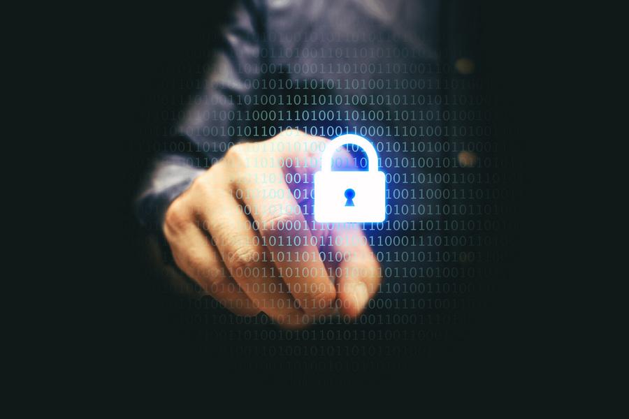 """width=900 height=600></noscript></p><h2>Vulnerabilidades de um ambiente VoIP</h2><p>Uma linha VoIP pode sofrer os mesmos tipos de ataque que uma conexão web ou um e-mail, por exemplo. Embora os criminosos estejam sempre aperfeiçoando suas ameaças e ataques, é fácil se proteger e manter a <strong>segurança VoIP</strong> em dia, mas antes vamos conhecer algumas das vulnerabilidades da tecnologia.</p><h3>Spam</h3><p>Sim, existem spam no VoIP também. Nesse cenário, ele é chamado de spit (spam over Internet Telephony"""".</p><h3>Interrupção do serviço</h3><p>Ataques sérios na rede como vírus e worms pode acabar interrompendo momentaneamente o serviço VoIP ou tirando-o do ar por mais tempo.</p><h3>Perda de privacidade</h3><p>Quando o tráfego VoIP não for criptografado, intrusos podem escutar as conversas.</p><h3>Phising de voz</h3><p>O problema não é exclusividade das linhas VoIP. Ocorre quando um criminoso entra em contato com você através de uma linha VoIP com a intenção de enganá-lo, convencendo-o a fornecer dados pessoais como números de cartões e contas bancárias.</p><h3>Invasões</h3><p>Se a <strong>segurança VoIP</strong> da sua rede não estiver em dia, hackers poderão invadi-la e utilizar sua conexão para fazer chamadas. Uma vez dentro de sua rede local, os criminosos podem descobrir informações confidenciais armazenadas em seu computador.</p><p><img src=https://www.twsolutions.com.br/wp-content/plugins/lazy-load/images/1x1.trans.gif data-lazy-src=https://blogdovoip.com.br/wp-content/uploads/2017/11/2-1.jpg class="""