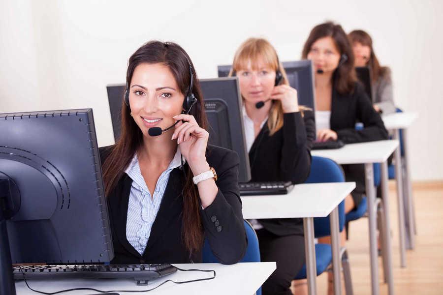 width=900 height=600></noscript></p><p>O <strong>Instant Call Center</strong> é um serviço bastante inovador que une o que há de melhor na telefonia VoIP (<em>Voice over Internet Protocol</em>) com as últimas tendências de sistemas de atendimento colaborativo. Assim, esse sistema é capaz de transformar qualquer empresa em uma verdadeira central de atendimento, distribuindo e direcionando chamadas para outros atendentes ou até mesmo outras centrais.</p><p>Em outras palavras, um <strong>Instant Call Center</strong> funciona reaproveitando períodos de menor operação dos agentes para distribuir as demandas das ligações recebidas para pequenas outras centrais que, por sua vez, realizarão o atendimento conforme as necessidades e parâmetros da empresa contratante.</p><h2>Como funciona um Instant Call Center?</h2><p>O funcionamento de um <strong>Instant Call Center</strong> é realmente muito simples.</p><p>Sua empresa contrata um pacote com um número determinada de horas de atendimento e o trabalho técnico fica por conta da empresa que fornece o serviço. Depois disso, todos os atendimentos são direcionados a outras centrais alocadas em diversos pontos do país.</p><p>Como dissemos, um sistema de <strong>Instant Call Center</strong> se baseia no reaproveitamento de períodos de menor operação e, assim, gera mais receita tanto para aqueles que estão atendendo as chamadas quanto para o cliente que contratou o serviço.</p><p>Para entender melhor como funciona o <strong>Instant Call Center</strong>, basta fazer uma analogia simples com um serviço muito conhecido e utilizado no país todo, a Uber, um serviço de economia colaborativa através do qual pessoas que possuam condições técnicas mínimas pré-determinadas podem prestar um serviço.</p><p><img src=https://www.twsolutions.com.br/wp-content/plugins/lazy-load/images/1x1.trans.gif data-lazy-src=https://blogdovoip.com.br/wp-content/uploads/2017/11/2-7.jpg class=