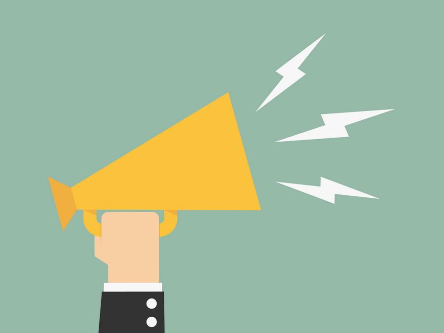width=900 height=675></noscript></p><p>Se o seu negócio ainda utiliza sistemas legados ou a tradicional telefonia fixa convencional, você pode estar perdendo importantes oportunidades para melhorar a produtividade, o trabalho em equipe e o atendimento ao cliente. O que você ainda não sabe sobre a <strong>importância da comunicação nas empresas</strong> é que, hoje, o VoIP figura como a melhor solução para trazer uma ampla gama de recursos e serviços que podem reduzir o risco de uma comunicação ineficaz.</p><p>Para entender melhor, vamos analisar alguns pontos que comprovam como o VoIP contribui para o cenário das comunicações.</p><h2>1. O VoIP vai além da voz</h2><p>A telefonia fixa tradicional permite que os usuários se comuniquem apenas por voz, tornando a comunicação bastante limitada.</p><p>Em operações de Call Center, por exemplo, somente a voz pode não ser mais suficiente. Os clientes querem entrar em contato pelo canal de sua escolha. Apenas oferecer contato por voz pode limitar as receitas e as oportunidades de atendimento ao cliente.</p><p>Usando uma solução de Call Center na nuvem, as empresas podem lidar com qualquer tipo de comunicação recebida de forma eficiente. Isso pode tornar mais fácil lidar com os problemas dos clientes de forma mais eficiente e melhorar sua satisfação. Por exemplo, se um cliente tiver um problema difícil, os agentes podem mudar a chamada de voz para uma videoconferência e acelerar a resolução.</p><h2>2. O VoIP é uma solução totalmente integrada</h2><p>Uma das palavras-chave quando falamos sobre a<strong> importância da comunicação nas empresas</strong> é integração.</p><p>O VoIP pode se integrar a sistemas CRM e outras aplicações comerciais.</p><p>Quando um cliente entra em contato, a integração VoIP permite acessar chamadas anteriores, dados e preferências do cliente, tornando o processo de comunicação muito mais ágil, eficaz e assertivo.</p><p><img src=https://twsolutions.com.br/wp-content/plugins/lazy-load/images/1x1.trans.gif