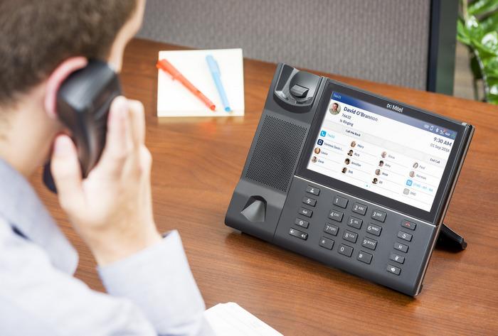 width=700 height=473></noscript></p><h3>3. Mobilidade</h3><p>Cada vez mais, a mobilidade se torna essencial para que um negócio funcione. Ao contrário de um serviço de telefonia fixa tradicional, onde as pessoas ficam presas aos seus telefones de mesa ou reféns de operadoras de telefonia móvel que cobram tarifas muito altas, com o VoIP, é possível utilizar o telefone (e todos os recursos da telefonia digital) em qualquer lugar com conexão à Internet.</p><p>Em outras palavras, isso quer dizer que o VoIP permite trabalhar a partir de smartphones, tablets, computadores e notebooks conectados à Internet em qualquer lugar do mundo, desde um home office até um aeroporto ou mesmo na estrada.</p><h3>4. Números 0800</h3><p>O recurso de habilitar chamadas gratuitas (números 0800) é outro dos grandes <strong>diferenciais do VoIP</strong>.</p><p>Essa é uma ótima forma de melhorar o relacionamento com seu cliente, fechando muito mais negócios e facilitando a resolução de problemas, já que é muito mais provável alguém fazer uma ligação para um número gratuito.</p><h3>5. Menor gasto com infraestrutura</h3><p>Um serviço de telefonia fixa convencional é dependente de cabeamento. Como o VoIP utiliza a Internet, funciona na sua infraestrutura atual de rede e não precisa de mudanças físicas ou grandes investimentos.</p><p>Existem telefones robustos projetados para operar exclusivamente com a telefonia digital, os chamados telefones IP. Porém, você não precisa deles para aproveitar os benefícios da solução. Para usar o VoIP, basta instalar um softphone (aplicativo) em seu smartphone, tablet, computador ou notebook.</p><p><a href=https://www.twsolutions.com.br target=_blank rel=noopener><img src=https://www.twsolutions.com.br/wp-content/plugins/lazy-load/images/1x1.trans.gif data-lazy-src=https://blogdovoip.com.br/wp-content/uploads/2015/09/banner-chamada-site.png class=