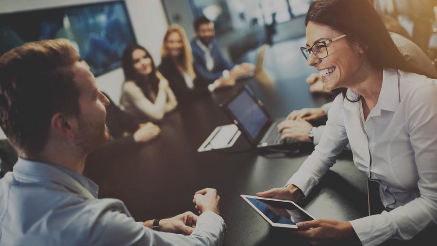 width=900 height=506></noscript></p><h2>3. O VoIP é colaborativo</h2><p>A colaboração pode ajudar os funcionários a trabalhar de forma eficiente, compartilhando habilidades, conhecimentos e recursos. No entanto, muitas empresas enfrentam barreiras de colaboração. Na maioria dos casos, os equipamentos colaborativos ficam restritos às salas de reunião e são pouco utilizados pela complexidade.</p><p>O VoIP inclui ferramentas de colaboração fáceis de usar, permitindo que todos os funcionários sejam colaborativos a partir de qualquer dispositivo conectado à Internet como um computador, notebook, tablet ou smartphone.</p><p>Essas ferramentas acessíveis e fáceis de usar ajudam a construir uma cultura colaborativa de forma que não é possível com os sistemas convencionais de conferência.</p><h2>4. O VoIP é repleto de recursos</h2><p>Recursos robustos estão presentes nos sistemas VoIP. Você já sabe que o VoIP vai além da voz e pode também suportar videoconferências, mas outros recursos merecem destaque:</p><ul><li>Envio e recebimento de arquivos;</li><li>Caixa postal via e-mail através de arquivo de áudio anexado;</li><li>Filas de espera personalizadas;</li><li>Gravação de chamadas;</li><li>Relatórios personalizados e completos por linha;</li><li>Call-back;</li><li>Siga-me;</li><li>Transferência de chamadas.</li></ul><h2>Considerações finais</h2><p>É fundamental reconhecer a <strong>importância da comunicação nas empresas</strong> e tomar medidas para melhorá-la em todos os aspectos. Soluções como o VoIP são excelentes para aprimorar a comunicação de qualquer empresa.</p><p>Os planos VoIP da TW Solutions são robustos, econômicos e trazem o que há de melhor em comunicação digital. Conheça nossos <a href=http://twsolutions.com.br/telefonia-corporativa/ target=_blank rel=noopener><strong>planos corporativos VoIP</strong></a> e faça a migração hoje mesmo!</p><p><a href=http://www.twsolutions.com.br target=_blank rel=noopener><img src=https://twsolutions.com.br/wp-content/plugins/
