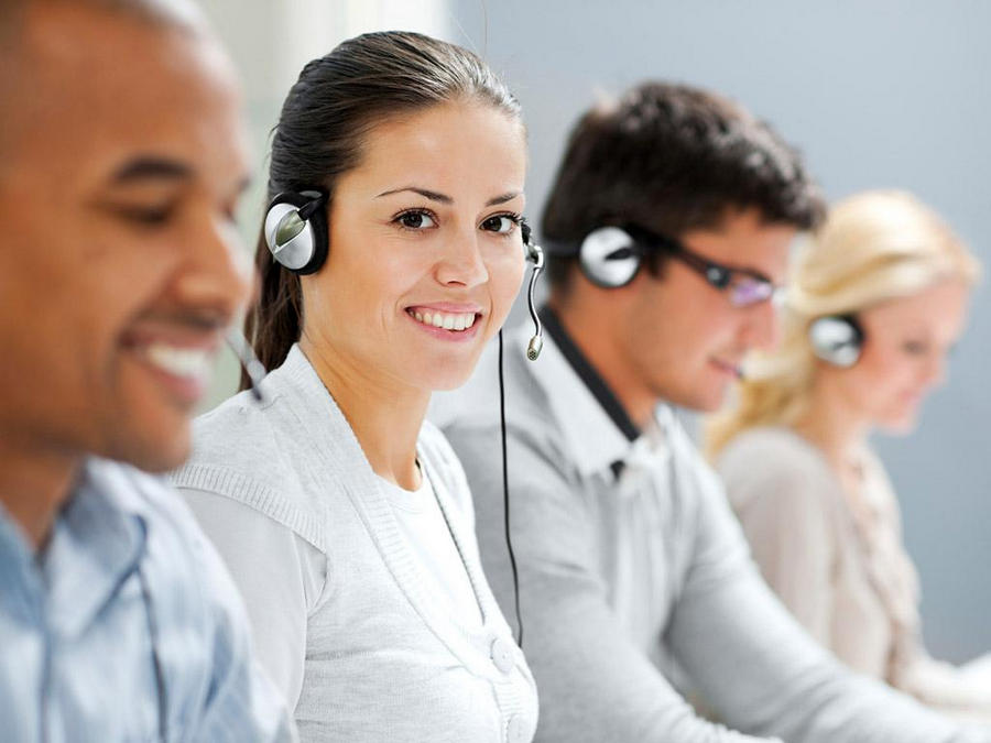 """width=900 height=675></noscript></p><h2>O que é VoIP?</h2><p>Primeiramente, o VoIP não é uma única peça de software ou hardware. O VoIP é um conjunto de protocolos, padrões e serviços que podem ajudar a melhorar sua comunicação empresarial.</p><p>Na tecnologia convencional, as chamadas de voz são transportadas através de fios de cobre. A rede de cobre é chamada de PSTN ou POTS (Plain Old Telephone System) e nos serviu bem por mais de cem anos. No entanto, esse modelo analógico está se tornando obsoleto e perdendo espaço em um mundo cada vez mais tecnológico onde as pessoas preferem se comunicar por e-mails, mensagens instantâneas, mensagens de texto e vídeo.</p><p>É aí que entra o VoIP. A tecnologia permite realizar e receber chamadas pela Internet, eliminando totalmente a estrutura antiga de fios de cobre. O VoIP, portanto, é muito mais moderno do que a telefonia analógica convencional e pode trazer uma série de benefícios para sua empresa.</p><h2>O que é um Plano VoIP com Callback?</h2><p>A expressão Callback significa """"ligar de volta"""" ou """"retornar a ligação"""". Geralmente utilizado em operações de Call Center, o Callback evita que seus clientes fiquem aguardando em uma fila de espera, pois um atendente ligará para ele de volta assim que estiver disponível. Um <strong>Plano VoIP com Callback</strong> não traz benefícios somente para operações de Call Center, mas para qualquer outro tipo de empresa.</p><p>A função Callback começou a ser implementada quando as empresas perceberam que os clientes não tinham muito tempo para perder e se sentiam negligenciados quando precisavam esperar longos minutos por um atendimento telefônico. Assim, surgiu o recurso para garantir que os clientes que não pudessem ou não quisessem esperar na fila de atendimento pudessem receber uma ligação de volta em pouco tempo para resolver seu problema.</p><p><img src=https://twsolutions.com.br/wp-content/plugins/lazy-load/images/1x1.trans.gif data-lazy-src=https://blogdovoip.com.br/wp-content/upl"""