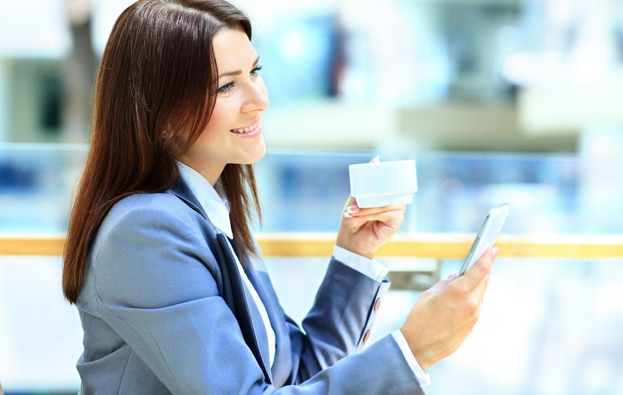width=900 height=571></noscript></p><p>Você pode estar pensando que não faz sentido utilizar <strong>VoIP no celular</strong> transformando-o em um telefone fixo, afinal, você já utiliza o chip da sua operadora favorita e pode usar seu smartphone para fazer ligações. Porém, a grande sacada em utilizar <strong>VoIP no celular</strong> está na economia e na mobilidade.</p><h2>Por que economia?</h2><p>Ao utilizar um aplicativo VoIP em seu smartphone, você poderá receber ligações direcionadas para seu Número Virtual (DID) mesmo se estiver fora do país. Quem liga para você paga por uma ligação local. Da mesma forma, quando você utiliza seu Número Virtual para fazer ligações, também economiza.</p><h2>Por que mobilidade?</h2><p>Não é preciso ter créditos em seu smartphone para usar <strong>VoIP no celular</strong>. O VoIP funciona a partir de uma conexão com a Internet, portanto, basta estar conectado à rede via Wi-Fi ou 3G/4G e você poderá receber e fazer ligações a custo local. Isso permite que seu número VoIP funcione em qualquer lugar do mundo, basta estar conectado à Internet.</p><p>Leia também:</p><ul><li><a href=https://www.twsolutions.com.br/diferenciais-do-voip-5-motivos-para-voce-contratar-hoje-mesmo/ target=_blank rel=noopener>Diferenciais do VoIP: 5 motivos para você contratar hoje mesmo</a></li></ul><h2>O que é preciso fazer para ter VoIP no celular?</h2><p>Basicamente, você vai precisar de 3 coisas (além do smartphone):</p><ul><li>Uma conta VoIP (solicite uma <strong>conta VoIP grátis</strong> da TW Solutions <a href=http://telefoniacorporativa.com.br/ target=_blank rel=noopener>nessa página</a> e teste nossos serviços por 7 dias!);</li><li>Uma conexão com a Internet (você pode usar seu 3G/4G ou um rede Wi-Fi);</li><li>Um aplicativo VoIP.</li></ul><p><img src=https://www.twsolutions.com.br/wp-content/plugins/lazy-load/images/1x1.trans.gif data-lazy-src=https://blogdovoip.com.br/wp-content/uploads/2017/12/VoIP-no-Celular-2.jpg class=