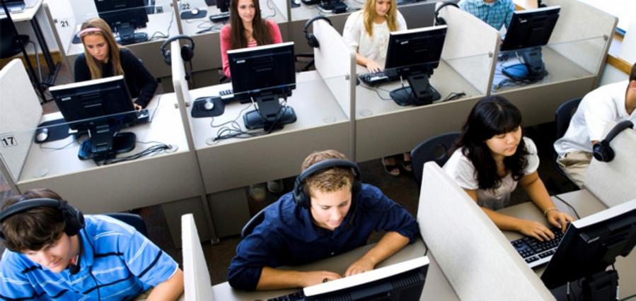 width=899 height=426></noscript></p><p>Tudo isso quer dizer que uma <strong>plataforma Call Center VoIP</strong> pode ser utilizada em qualquer lugar, de qualquer dispositivo conectado à rede, e a qualquer momento. Em outras palavras, seus agentes poderão estar conectados onde quiserem e quando quiserem.</p><p>Outra grande vantagem de uma <strong>plataforma Call Center VoIP</strong> é que, por ser uma solução hospedada, é oferecida como um serviço pelo provedor (no caso, a TW Solutions). A infraestrutura, softwares e equipamentos são todos gerenciados por nós e você acessa tudo diretamente pela nuvem.</p><p>Dito isso, confira agora os maiores benefícios do nosso sistema VoIP para Call Centers.</p><h3>7 benefícios da plataforma Call Center VoIP</h3><ul><li>Os agentes do Call Center tem mais liberdade para trabalhar de onde quiserem, basta que estejam conectados à Internet;</li><li>Um sistema de Call Center hospedado é mais rápido e seguro;</li><li>Diversos recursos robustos são disponibilizados sem custo adicional como discador automático, reagendamento de ligações, esperas personalizadas e gravação de chamadas;</li><li>É possível integrar nossa plataforma de Call Center a diversos CRMs, tornando o atendimento ainda mais integrado e agilizado;</li><li>Adicionar ou remover PAs é muito simples, bastam alguns cliques no Painel de Controle;</li><li>O VoIP contribui para a otimização das rotinas de atendimento;</li><li>Os gastos são reduzidos com uma solução VoIP para Call Center, já que as tarifas de ligações são mais baratas e os planos também.</li></ul><p>Leia também:</p><ul><li>Como resolver 3 dos mais comuns problemas no Call Center</li></ul><p>Se você quer aproveitar mais benefícios da <strong>plataforma Call Center VoIP</strong> da TW Solutions, conhecer nossas outras soluções de telefonia IP ou tirar alguma dúvida, fale com nossos consultores utilizando o formulário de contato dessa página ou clicando aqui.</p><p><a href=https://www.twsolutions.com.br target=_blan