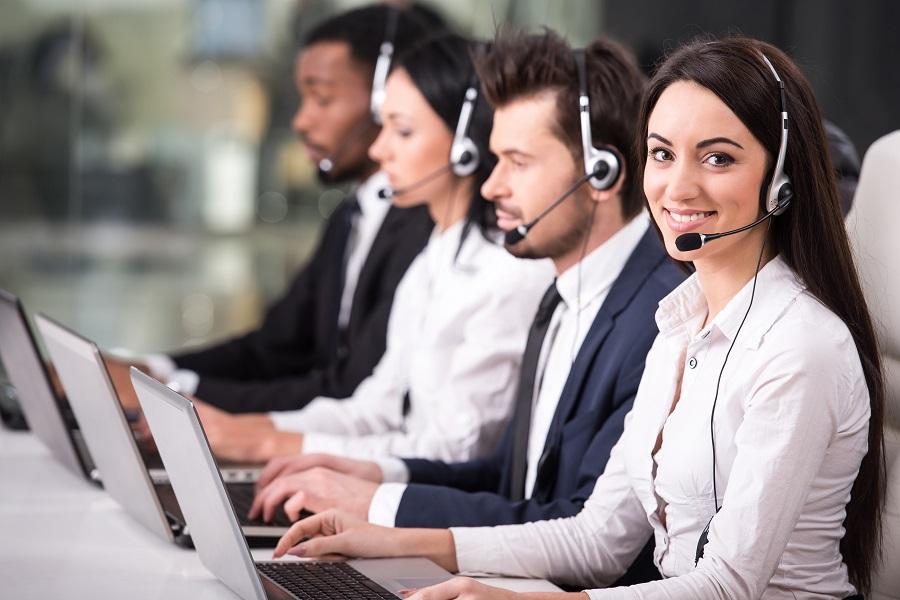 width=900 height=600></noscript></p><h2>URA Inteligente</h2><p>Para empresas que recebem muitas ligações, a URA Inteligente é a melhor opção no mercado. Esse dispositivo recebe as chamadas, colhe informações do cliente e pode até solucionar pequenos problemas e dúvidas de forma programada e de fácil entendimento. Esse serviço vai garantir que as suas chamadas sejam aceleradas e todo os componentes dos <strong>sistemas de call center</strong> funcionem com maior produtividade.</p><p>Os operadores já recebem as chamadas com importantes informações sobre quem liga e o que motiva aquela ligação, pois a URA inteligente define tudo isso em poucos segundos com perguntas simples e acesso ao banco de dados da empresa.</p><h2>Gravador de chamadas</h2><p>Os <strong>sistemas de call center</strong> virtuais já contam com um gravador de chamadas automatizado que grava todas as ligações e demarca exatamente quando elas aconteceram e quem era o cliente ou usuário. Para empresas que precisam coletar dados sobre o seu atendimento ou usando o call center para realizar pesquisas de opinião, essa possibilidade é muito bem-vinda.</p><p>Com a velocidade e garantia de ter todas as ligações gravadas automaticamente, você e sua empresa vão garantir mais velocidade e qualidade nesse controle.</p><p>Leia também:</p><ul><li><a href=https://www.twsolutions.com.br/o-melhor-sistema-para-call-center-ativo-ou-receptivo-com-crm-integrado/ target=_blank rel=noopener>O melhor sistema para Call Center ativo ou receptivo com CRM integrado</a></li></ul><h2>Relatórios detalhados</h2><p>Entender como o <strong>sistema de call center</strong> está funcionando e qual o ritmo de efetividade da empresa como um todo é fundamental para o sucesso no mercado tão competitivo que temos no Brasil. Por isso que empresas que oferecem esses sistemas já contam com relatórios muito detalhados, que incluem todas as ligações e como elas aconteceram dentro da empresa.</p><p>Analisar a duração das ligações, quanto tempo foi p