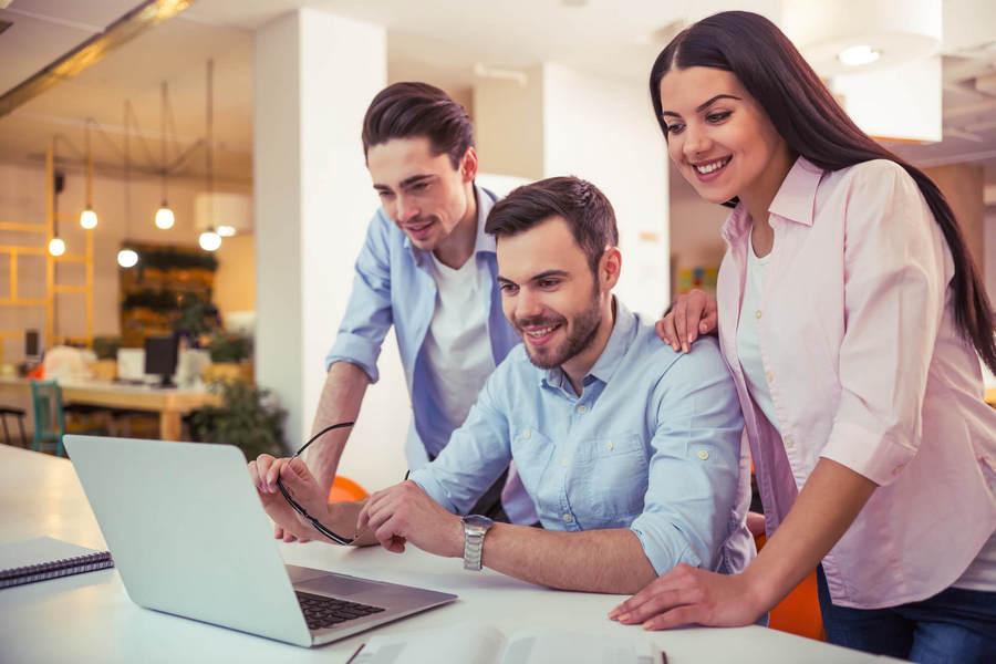 width=900 height=600></noscript></p><p>4. Ajuda a melhorar a eficiência de cada agente trabalhando em equipe. Isso dá a todos uma chance igual para melhorar e torna o trabalho desafiador. Isso melhora a moral do agente e torna mais fácil para que eles cumpram os objetivos de vendas.</p><p>5. Melhora a relação profissional entre a administração e a força de trabalho à medida que a carga do mesmo é atribuída por um sistema automatizado.</p><p>6. Os gerentes também podem monitorar o desempenho dos agentes através das interfaces integradas de monitoramento e gravação de chamadas de um <strong>discador preditivo</strong>. Um treinamento adequado pode ser fornecido mais tarde ou em tempo real para melhorar as habilidades de tratamento do agente. Esses sistemas também possuem ferramentas de relatório incorporadas que permitem aos gerentes extrair os relatórios de desempenho de cada agente.</p><p>7. A redução de custos é outra grande vantagem, já que o <strong>discador preditivo</strong> ajuda a diminuir o tempo médio de atendimento e de espera, otimizando a operação.</p><p>Leia também:</p><ul><li><a href=https://www.twsolutions.com.br/aprenda-como-reduzir-o-tempo-medio-de-espera-no-callcenter/ target=_blank rel=noopener>Aprenda como reduzir o tempo médio de espera no Callcenter</a></li></ul><h2>Considerações finais</h2><p>Ainda está pensando se você deve obter um <strong>discador preditivo</strong> ou não? Não perca mais tempo e comece a usufruir dos benefícios dessa solução hoje mesmo! Entre em contato com a <a href=https://www.twsolutions.com.br target=_blank rel=noopener>TW Solutions</a> e conheça melhor nossos discadores.</p><p><a href=https://www.twsolutions.com.br target=_blank rel=noopener><img src=https://www.twsolutions.com.br/wp-content/plugins/lazy-load/images/1x1.trans.gif data-lazy-src=https://blogdovoip.com.br/wp-content/uploads/2015/09/banner-chamada-site.png class=