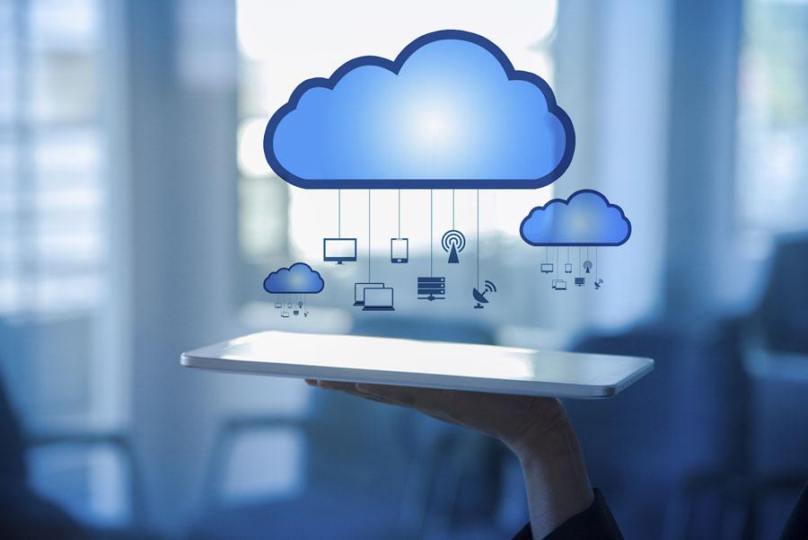 """width=900 height=601></noscript></p><p>O termo """"nuvem"""" faz referência aos desenhos animados que tinham a nuvem como representação abstrata e assim os desenvolvedores perceberam uma oportunidade de dar """"vida"""" ao serviço prestado. Após a criação, a """"nuvem"""" passou a simbolizar a divisão de responsabilidades entre a empresa que fornece o serviço e o cliente.</p><p>A tecnologia em nuvem significa que você pode acessar seus dados e/ou serviços armazenados utilizando qualquer dispositivo que possua conexão com a Internet. Logo, um <strong>PABX em nuvem</strong> utilizará os mesmos recursos que um PABX comum, porém, não será necessário estar fisicamente no seu escritório ou na sua casa.</p><p>O PABX é o termo utilizado para se referir à tecnologia que o provedor de telefone fornece para rotear chamadas. Originalmente, um PABX era uma grande unidade de hardware que devia ser armazenada no local e operada manualmente.</p><p>Leia também:</p><ul><li><a href=https://www.twsolutions.com.br/5-beneficios-do-backup-na-nuvem-que-sua-empresa-nao-pode-ignorar/ target=_blank rel=noopener>5 benefícios do backup na nuvem que sua empresa não pode ignorar</a></li></ul><h2>Funcionamento de um PABX em nuvem</h2><p>Todas os serviços que se baseiam no conceito de nuvem estão diretamente conectados com a Internet. O <strong>PABX em nuvem</strong> possui uma conexão que utiliza o IP do seu provedor de Internet. Para que seu funcionamento seja pleno, será necessário que sua empresa disponha de um serviço VoIP (Voz sobre IP).</p><p>Para o acessar o <strong>PABX em nuvem</strong>, você precisa de uma conta personalizada com login e senha e um dispositivo que suporte o software de interface do PABX. Dessa forma, você consegue total liberdade para acessa-lo de qualquer lugar que tenha Internet e o software instalado e executado com certificado de segurança, para evitar que seus dados sejam expostos.</p><p>Seu provedor de serviços <strong>PABX em nuvem</strong> é responsável por armazenar e gerenciar t"""