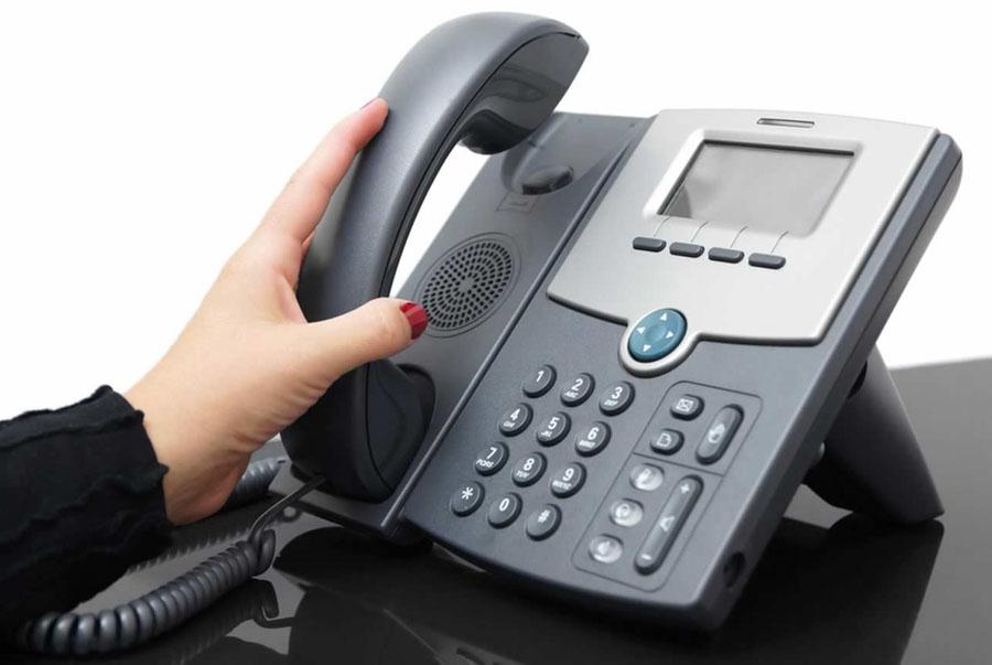 width=900 height=603></noscript></p><h2>O que são sistemas PABX IP?</h2><p>Antes da Internet, todas as chamadas telefônicas passavam pela rede da companhia telefônica, o que exigia telefones analógicos em cada extremidade. Então, a partir da década de 1990, os desenvolvedores criaram a capacidade de canalizar chamadas pela rede de dados da Internet. Isso é conhecido como <em>Voice over Internet Protocol</em> (VoIP).</p><p>O VoIP funciona na seguinte sequência:</p><ol><li>Chamadas telefônicas analógicas são convertidas em sinais digitais.</li><li>Os sinais digitais são traduzidos em pacotes do protocolo Internet (IP).</li><li>Os pacotes IP são convertidos novamente em sinais de telefone e recebidos por um telefone na outra extremidade.</li></ol><p>O VoIP faz convergir as redes de voz e dados: os usuários tinham acesso à Internet, chamadas telefônicas analógicas e chamadas telefônicas VoIP na mesma linha.</p><p>Este novo sistema foi revolucionário para muitas empresas, mas ainda assim foi um investimento. As empresas tiveram que mais uma vez substituir seus equipamentos e softwares, desta vez com sistemas IP e outro tipo de aparelho telefônico. Como era mais barato do que um sistema de PABX convencional, uma opção acessível apenas a grandes corporações, qualquer empresa poderia usar <strong>sistemas PABX </strong>IP.</p><h1>A evolução da tecnologia VoIP</h1><p>Como a internet continuou a se desenvolver, novas possibilidades surgiram. Em vez de restringir as chamadas para equipamentos IP PABX, os sistemas VoIP permitiam a comunicação entre computadores, telefones e telefones IP. Este novo sistema foi baseado na nuvem e hospedado por um provedor externo. Funcionou como uma aplicação, oferecendo múltiplos canais de comunicação. Os usuários podem bater papo por vídeo, compartilhar dados, enviar mensagens instantâneas e muito mais. Eles poderiam fazer isso de qualquer lugar, desde que tivessem em mãos um dispositivo conectado à internet.</p><p>O sistema VoIP também permiti