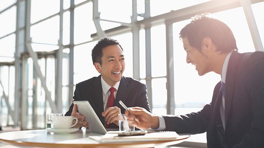 width=900 height=506></noscript></p><p>É importante modificar os meios de comunicação, seja em pequenas, médias ou grandes empresas, e é por isso que existe a necessidade da implantação de um <strong>sistema moderno de telefonia</strong>, seja qual for o seu porte ou a sua área de atuação.</p><h2>Conheça o VoIP</h2><p>Um sistema telefônico moderno é importante para o crescimento de uma empresa, visto que com ele é possível transmitir mensagens entre os setores, filiais, clientes ou possíveis compradores de modo muito mais prático e econômico.</p><p>Um <strong>sistema moderno de telefonia</strong> que vem cada vez mais ganhando adeptos é o VoIP.</p><p>Aproveite para ler também:</p><ul><li>O que é VoIP e por que a telefonia VoIP é um diferencial competitivo?</li></ul><p>O VoIP vem sendo usado como um ponto estratégico que unepraticidade, eficiência, funcionalidades robustas e redução de custos. Com o VoIP, é possível reproduzir dados e informações sem interrupções ou problemas técnicos, tão comuns antigamente.</p><p>Como o VoIP faz a transferência dos dados da voz para à rede virtual de internet, o empresário consegue criar uma base virtual que irá gerenciar e reunir em um só ambiente as linhas e ramais de telefone de sua empresa.</p><p>Você só precisa de um computador e, com ele, irá gerenciar a produtividade da área de telefonia da sua empresa com recursos como Correio de voz, Salas de conferência e Gravação de chamadas.</p><p><img src=https://twsolutions.com.br/wp-content/plugins/lazy-load/images/1x1.trans.gif data-lazy-src=https://blogdovoip.com.br/wp-content/uploads/2018/05/Sistema-moderno-de-telefonia-1.jpg class=