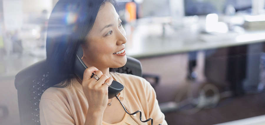 width=900 height=425></noscript></p><p>Vamos abordar a seguir quatro aspectos importantes para quem quer melhorar a <strong>gestão de telefonia</strong> da sua empresa.</p><h2>1. Por que devo me preocupar com a gestão de telefonia da minha empresa?</h2><p>Ao direcionar os esforços para a redução dos custos com telefonia, a empresa pode utilizar melhor os recursos economizados através da <strong>gestão de telefonia</strong> como diferencial competitivo.</p><p>Dessa forma, é possível estabelecer metas e objetivos mais condizentes com a realidade da empresa, o que as torna muito mais factíveis, já que ambos são traçados com base em dados reais.</p><p>A gestão adequada da telefonia pode proporcionar inclusive melhoria no nível de serviço de atendimento ao cliente, pois ele conseguirá entrar em contato com a empresa sempre que houver necessidade.</p><h2>2. O que a empresa ganha fazendo essa gestão?</h2><p>Seja qual for o ramo de atuação da sua empresa, a competitividade em todas as áreas de negócios está cada vez mais acirrada. E nesse cenário, pequenos detalhes podem fazer toda a diferença.</p><p>As empresas que compartilham essa visão acabam sendo as que sobrevivem por mais tempo pois são as que enxergam o mercado e suas dificuldades de forma diferenciada.</p><p>A gestão eficaz das contas e dos custos em geral da empresa podem abrir um mar de oportunidades não apenas no que diz respeito a <strong>gestão de telefonia</strong>, mas para todos os envolvidos no negócio.</p><p>Os recursos disponibilizados por esse tipo de gestão podem ser investidos em outras frentes como atualização de sistemas, treinamento de funcionários e comunicação com o público.</p><p>Uma <strong>gestão de telefonia</strong> bem executada pode nos dar informações preciosas sobre nosso negócio. Com o apoio de relatórios gerenciais e dados mais precisos para a tomada de decisões sobre a utilização dos recursos de telefonia dentro da empresa, podemos direcionar nossos esforços de forma mais assertiva.</