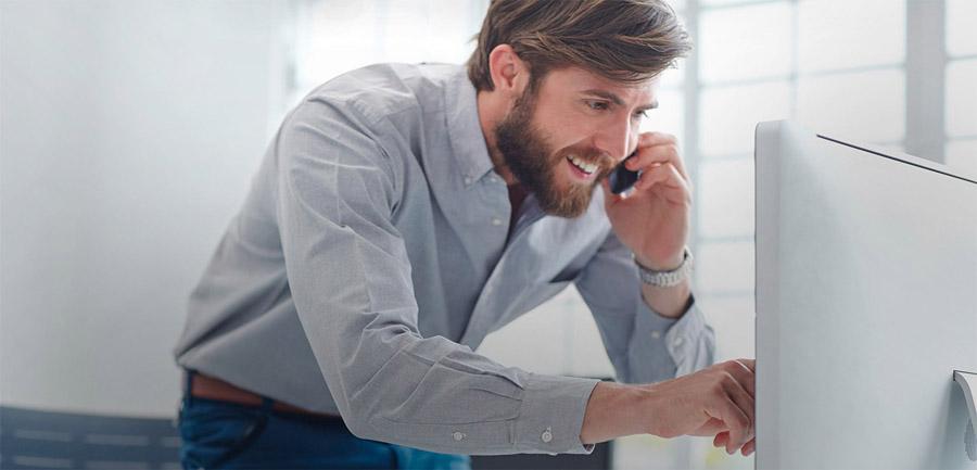 width=900 height=433></noscript></p><h2>3. É possível economizar com a gestão de telefonia?</h2><p>Um sistema de gestão para a telefonia da empresa pode gerar economia ao fornecer dados que mostrem onde estão sendo gerados maiores custos com ligações longas ou até mesmo chamadas desnecessárias.</p><p>Sistemas novos e atualizados, como o PABX digital, por exemplo, também reduzem consideravelmente os gastos com manutenções emergenciais.</p><h2>4. Como melhorar a gestão de telefonia da minha empresa?</h2><p>Empresas normalmente possuem vários setores como comercial, compras, financeiro e atendimento ao cliente. Essa estrutura acaba dificultando a divisão dos custos por departamento, já que é muito difícil identificar quantas ligações foram feitas pelo setor de vendas ou pela diretoria.</p><p>Para facilitar a divisão de custos entre os departamentos da empresa, o PABX Virtual com Tarifador da <a href=https://twsolutions.com.br/>TW Solutions</a> é a melhor opção.</p><p>Aproveite e leia também:</p><ul><li><a href=https://www.twsolutions.com.br/pabx-virtual-com-tarifador-controle-seus-gastos-por-departamento/ target=_blank rel=noopener>PABX Virtual com Tarifador: controle seus gastos por departamento</a></li></ul><p>O simples fato de o tarifador já vir embutido ao PABX Virtual da TW Solutions já representa uma economia significativa, uma vez que não é preciso contratar os serviços de um tarifador à parte.</p><p>Além disso, também é possível configurar os ramais da empresa de acordo com cada setor. Isso facilita a análise das ligações e a identificação dos setores que mais utilizam os serviços. Fica mais fácil criar medidas para redução desses custos.</p><p>O agrupamento de ramais também possibilita analisar detalhadamente as ligações realizadas por cada ramal, oferecendo novas possibilidades de ganhos com aumento de produtividade e novos procedimentos.</p><h2>Considerações finais</h2><p>A <strong>gestão de telefonia</strong> precisa ser realizada de forma eficaz e só a sol